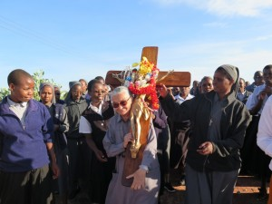 durante il pellegrinaggio la croce portata da sr Rita